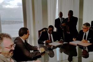 Firma dell'accordo- al centro Ministro Adjoumani_a dx Pres Distretto Pesca Tumbiolo