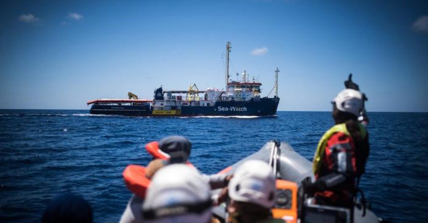 Migranti, la Sea Watch sfida Salvini ed entra in acque italiane