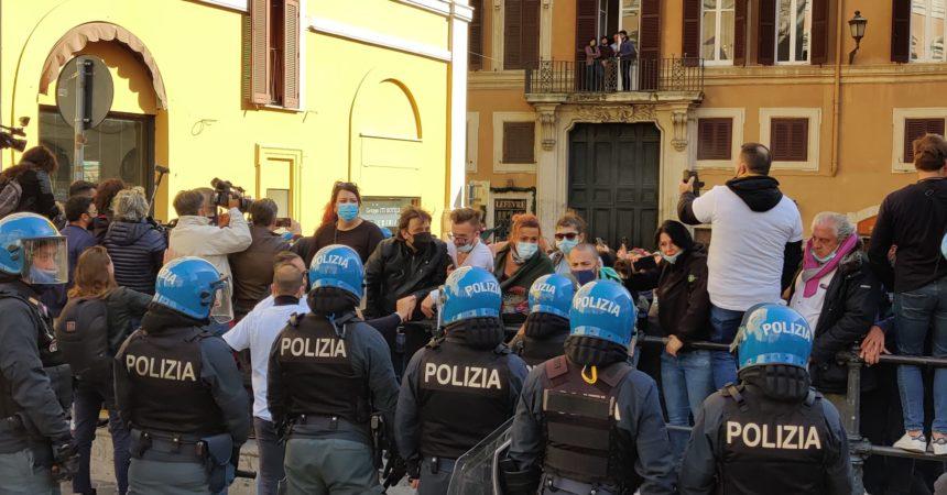 Manifestazione per le riaperture, tensione davanti alla Camera
