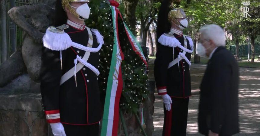 25 aprile, il presidente Mattarella depone corona d'alloro