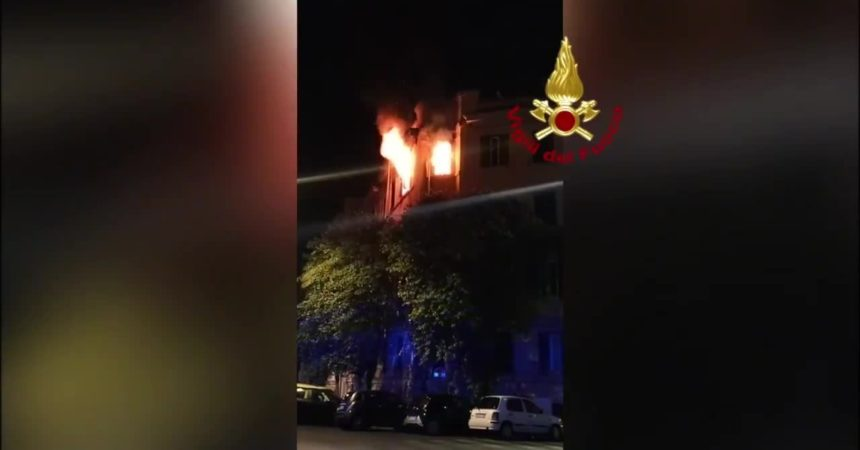 Roma, incendio in un appartamento. Donna salvata dai vigili del fuoco