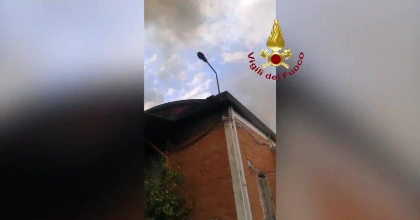 Roma, incendio in un capannone di Tor Cervara