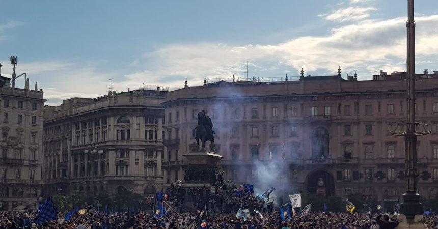 Scudetto Inter, assembramenti in piazza Duomo per la festa