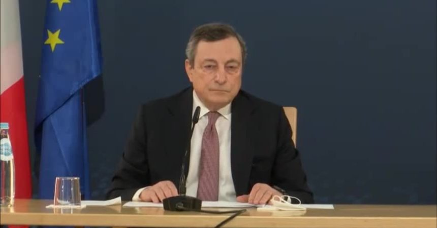 """Siparietto fra Draghi e il pavone a Oporto """"Ci accompagna…"""""""