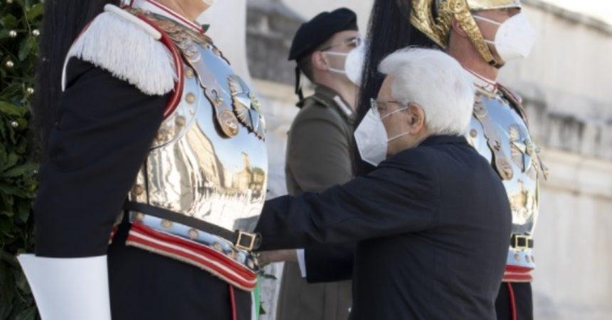 """Mattarella all'Altare della Patria """"Grati a chi ha difeso la Repubblica"""""""