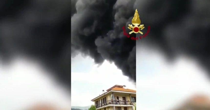 Incendio in un'azienda di vernici della provincia di Torino