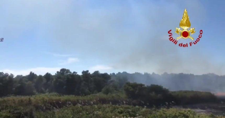 Lecce, i canadair intervengono per spegnere un incendio