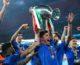 Centinaia di tifosi accolgono gli azzurri a Roma, cori e applausi