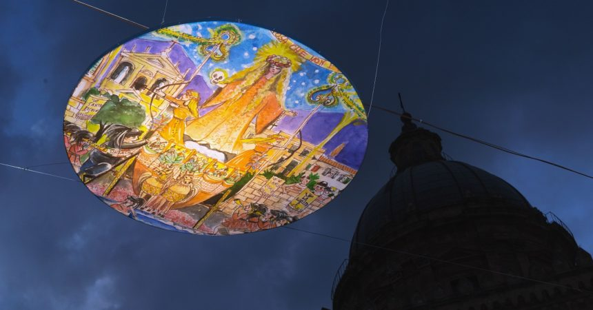 Cubi e cerchi sospesi su sagrato Cattedrale comaggio a Santa Rosalia