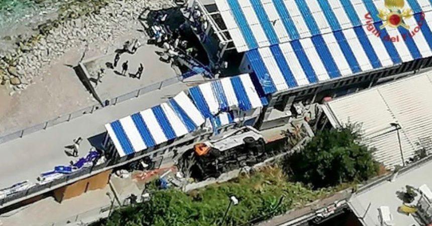Bus precipita in una scarpata a Capri, morto l'autista, diversi i feriti