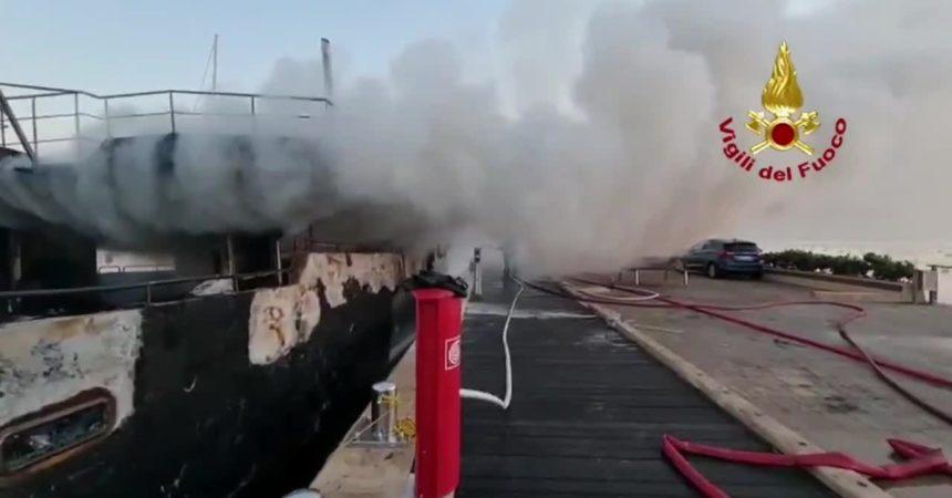 Imbarcazione in fiamme a Olbia, nessun ferito