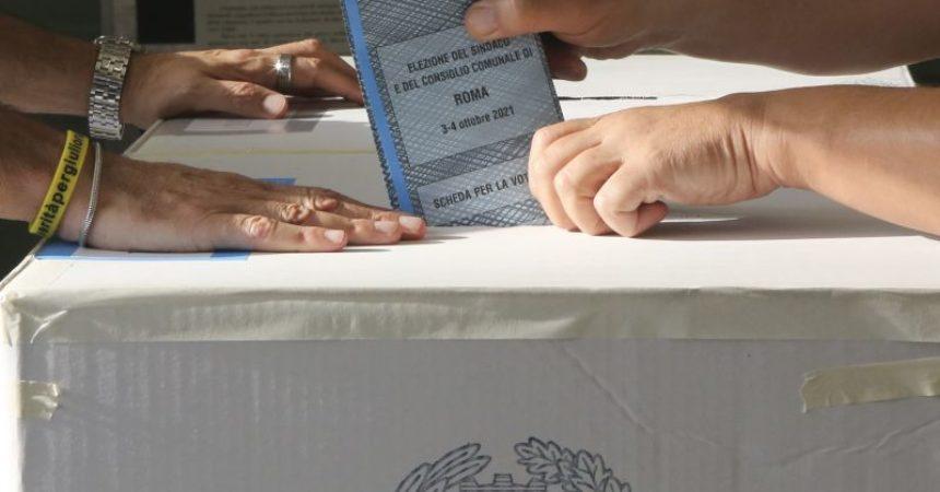Al centrosinistra Milano, Napoli e Bologna, ballottaggi a Roma e Torino