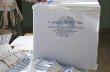 Urne aperte per i ballottaggi alle 7, affluenza in calo