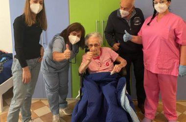 Vaccino, a 107 anni si sottopone a terza dose nel Ragusano