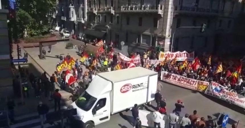 Sciopero Usb, corteo di protesta a Palazzo Isimbardi a Milano